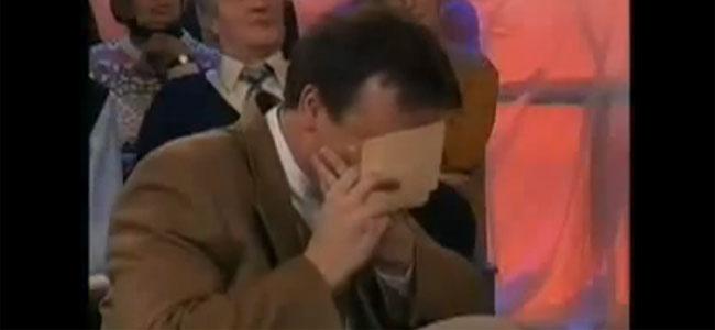 Παρουσιαστής εκπομπής δεν κρατιέται από τα γέλια!!!